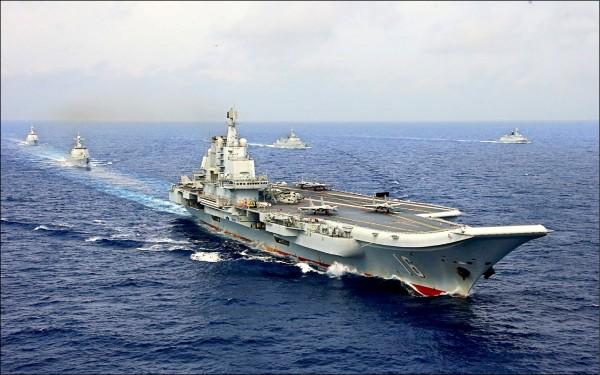 中國人民解放軍現役唯一一艘航空母艦「遼寧號」,四月間在西太平洋與其他水面艦艇實施海上操演,甲板上可見其艦載機「殲15(J-15)」。(路透檔案照)