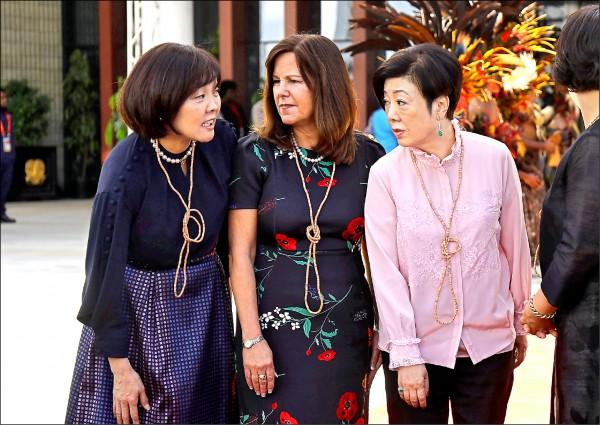 張忠謀夫人張淑芬(右)在APEC夫人團活動與各國領袖夫人互動熱絡,圖為她與日本首相夫人安倍昭惠(左)、美國副總統夫人凱倫彭斯(中)話家常。(中央社)