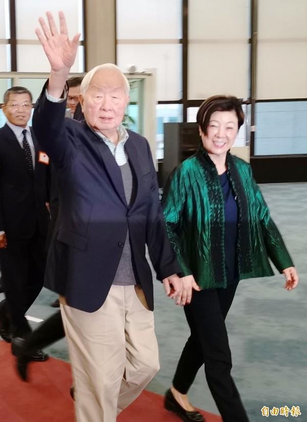 2018亞太經合會(APEC)領袖峰會議落幕後,我國領袖代表張忠謀下午搭機返抵台灣,而這次會議最大的收穫就是和美國副總統彭斯進行雙邊會談,也創下台美在APEC場合會談的最高層級。(記者姚介修攝)