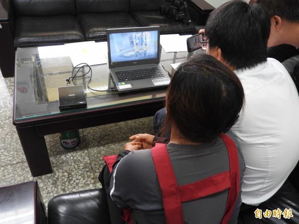 陳姓學童家長(左)到校了解校園監視器畫面狀況。(記者佟振國攝)