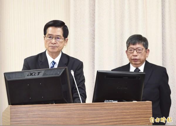 國防安全研究院執行長林正義(右)、國防部長嚴德發(左)19日列席立法院外交及國防委員會報告並備質詢。(記者羅沛德攝)