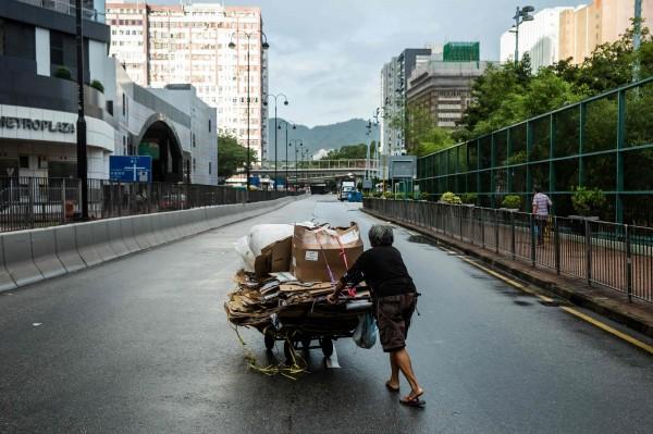 香港政府公布香港2017年的貧窮狀況,貧窮人口高達138萬、貧窮率逾2成,平均約每5.4個香港人就有1個窮人。圖為香港街頭,僅示意。(法新社)