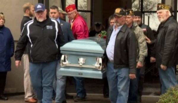 美國越戰老兵史托克萊(Leo Stokley)過世後沒有家人送行,消息傳出後有數百人自動自發前來參加葬禮。(圖擷自@VAWallaWalla推特)