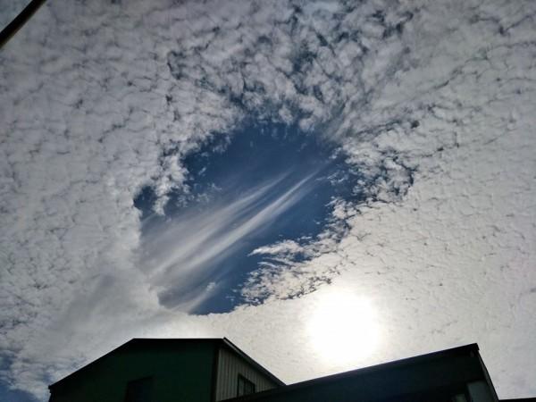 鄭明典貼出高雄的「雲洞現象」照片。(圖擷自臉書)