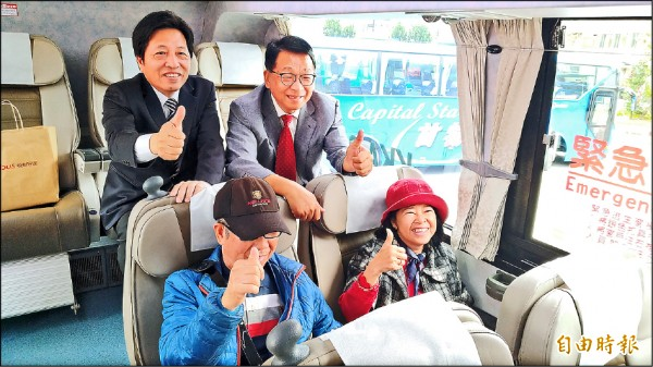 立委陳歐珀(右後方)、鄭寶清(左後方),搭上宜蘭到桃機直達首發車比讚。(記者江志雄攝)