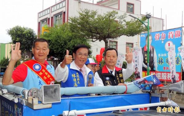 國民黨南投縣長候選人林明溱(中),以車隊在集集鎮掃街拜票情形。(記者謝介裕攝)
