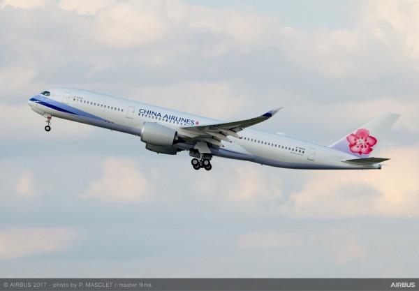 華航今天起推出「環保旅程ECO Travel碳抵換計畫」,邀旅客了解飛行旅途產生的碳足跡排放資訊,並自願性參與「碳抵換」作業。(華航提供)