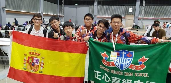 紀柏謙(左2)、李睿穎(左3)、黃爾泰(右1)、魏廷霖(右3)拿下「2018 WRO國際奧林匹亞機器人世界賽」冠軍。(正心中學提供)