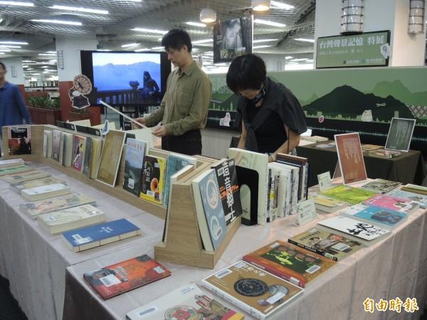 國立台灣圖書館正在展出的「台灣聲景記憶」書展,展出許多有趣的歷史資料。(記者翁聿煌攝)