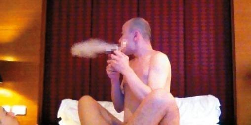 開泓法師疑似吸毒,並疑似與男性性交的畫面。(記者張瑞楨翻攝)