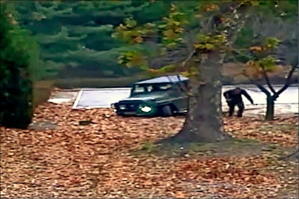 日媒驚爆,去年十一月十三日駕車衝鋒陷陣突破位於北緯卅八度停戰線板門店「共同警備區」(JSA)的北韓廿五歲脫北士兵吳青成實為北韓將領之子。圖為南韓去年11月公布的視頻片段,北韓叛逃者從非軍事區(DMZ)的車輛中跑出脫逃。(法新社)