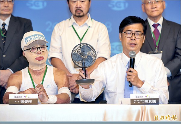 高雄市長選舉一對一電視辯論昨舉行,民進黨高雄市長候選人陳其邁(右)、氣爆受害者徐晏祥(左)出席會後記者會。(記者黃耀徵攝)