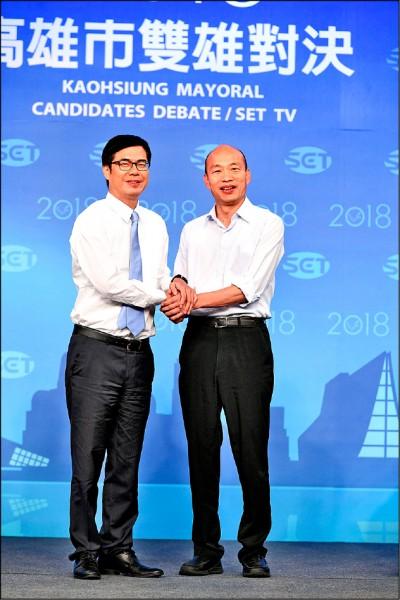 高雄市長選舉昨舉行電視辯論,民進黨候選人陳其邁與國民黨候選人韓國瑜兩人先禮後兵,辯論前先握手。(三立提供)
