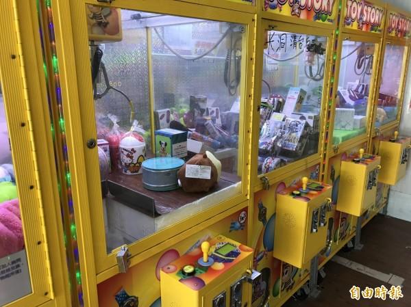 一對17歲高中情侶在新北市板橋區一家夾娃娃機店夾娃娃,一時興起竟大喇喇在店內嘿咻,未料被監視器錄下截圖轉發。示意圖與新聞無關。(資料照)