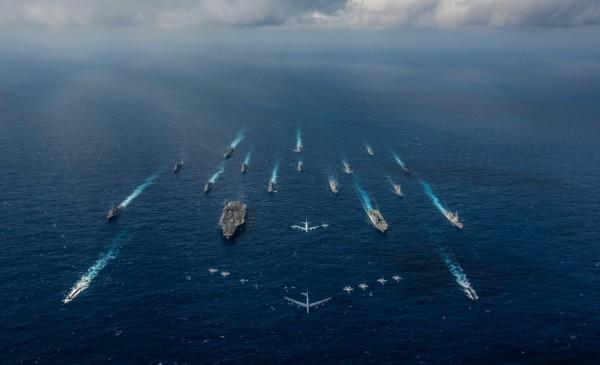 日前在菲律賓海一帶展開操演的美軍航母「雷根號」打擊群,現正在南海航行。(路透)