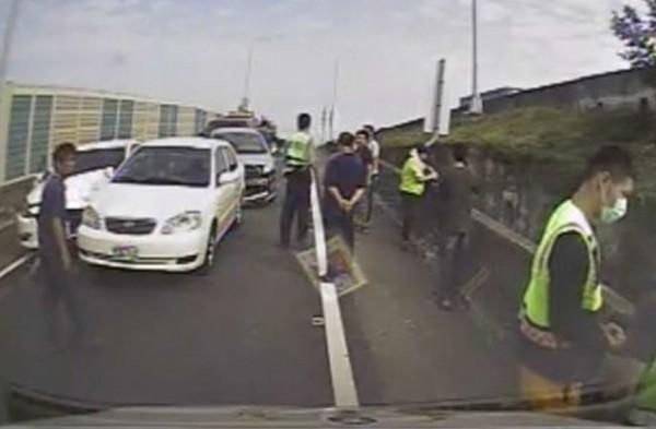 國道1號彰化交流道出口匝道今天驚傳5輛車連環追撞,造成後方大塞車。(記者湯世名翻攝)
