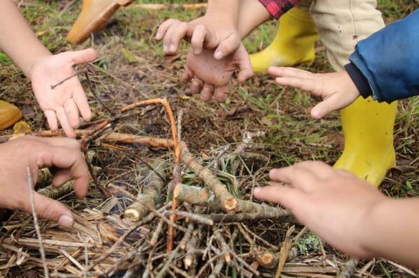 「拿撒姆大地藝術工作營」以獵人是山林空間的漫遊者,傳統領域之於族人,如「棲地環境之於動植物的概念,邀請藝術家進駐Skaru族人的傳領地,駐地交換生活。 (Wagi Qmisan提供)