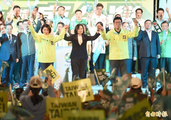 民進黨台北市長候選人姚文智陣營21日舉行「改革不回頭 鬥陣顧台灣」造勢晚會,總統蔡英文出席站台,現場湧入大批支持者為姚文智加油打氣。(記者羅沛德攝)
