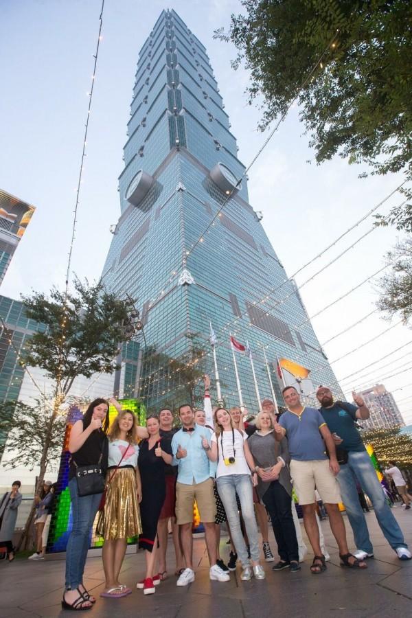 俄羅斯旅遊業者組成的4個踩線團,最近陸續來台灣環島,台北101大樓也是踩線團必遊景點之一。(中央社)