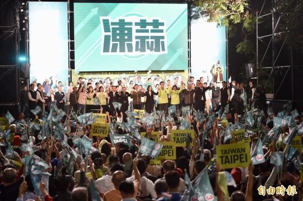 民進黨台北市長候選人姚文智陣營21日舉行「改革不回頭 鬥陣顧台灣」造勢晚會,現場湧入大批支持者為姚文智加油打氣。(記者羅沛德攝)