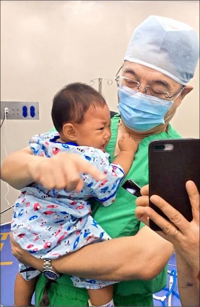 義大醫護人員為越南病童手術,在開刀房還要充當臨時保母。(義大醫院提供)
