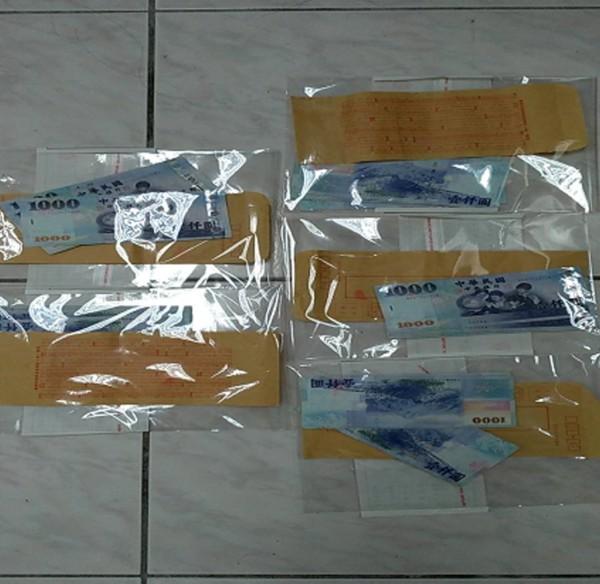 專案人員跨海查賄,選民主動交付裝有賄選現金的信封袋。(記者陳賢義翻攝)