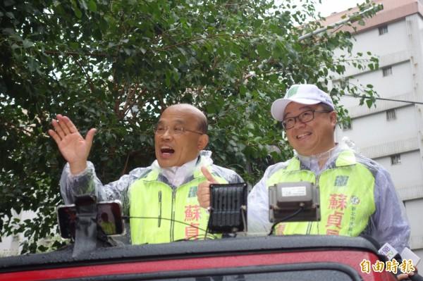 民進黨新北市長候選人蘇貞昌今早在新莊後港一帶車隊掃街。(記者葉冠妤攝)