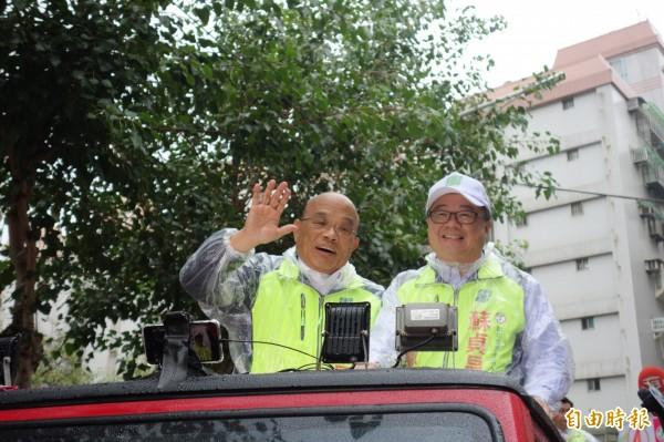 民進黨新北市長候選人蘇貞昌今早在立委吳秉叡的陪同下,在新莊車隊掃街。(記者葉冠妤攝)