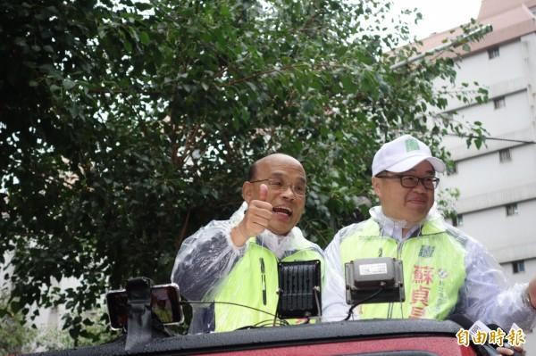 民進黨新北市長候選人蘇貞昌今早冒雨在新莊車隊掃街。(記者葉冠妤攝)