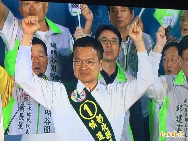 明天選前之夜,魏明谷在彰化市徒步掃街。(記者張聰秋攝)