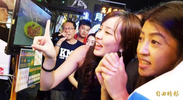 韓國瑜女兒韓冰在美女立委許淑華陪同下,到瑞豐夜市掃街拜票。(記者陳文嬋攝)