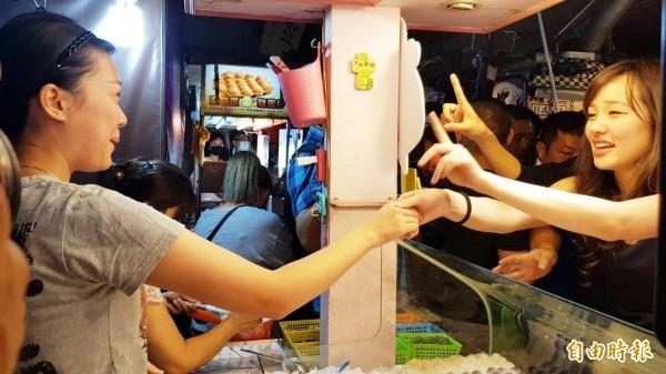 韓國瑜女兒韓冰到瑞豐夜市掃街拜票,代爸爸向攤商爭取支持。(記者陳文嬋攝)