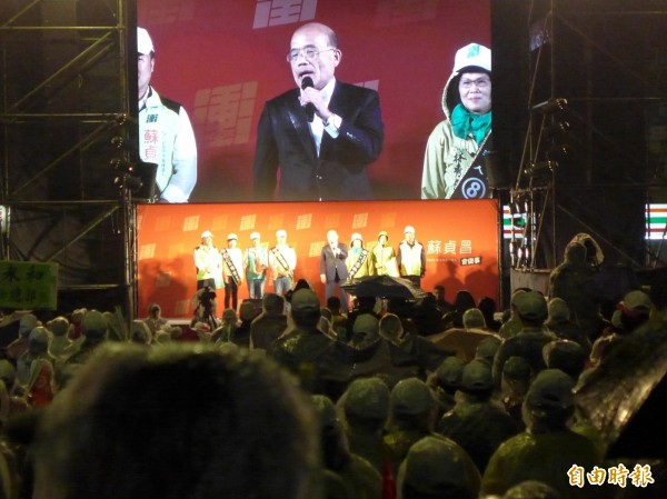 民進黨新北市長候選人蘇貞昌在捷運南勢角站外廣場舉辦造勢晚會。(記者李雅雯攝)