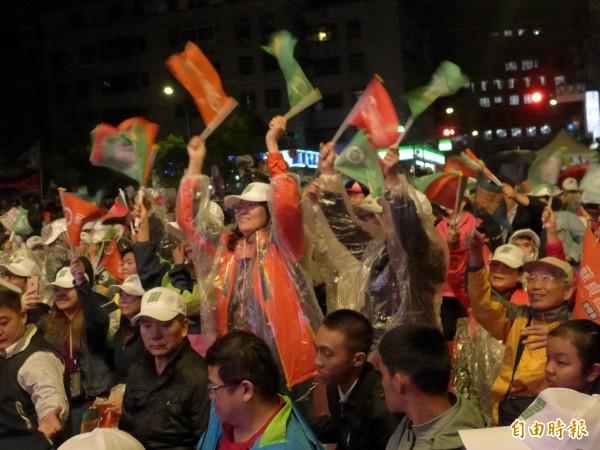 民進黨新北市長候選人蘇貞昌在捷運南勢角站外廣場舉辦造勢晚會,現場支持者穿起雨衣,相挺到底。(記者李雅雯攝)