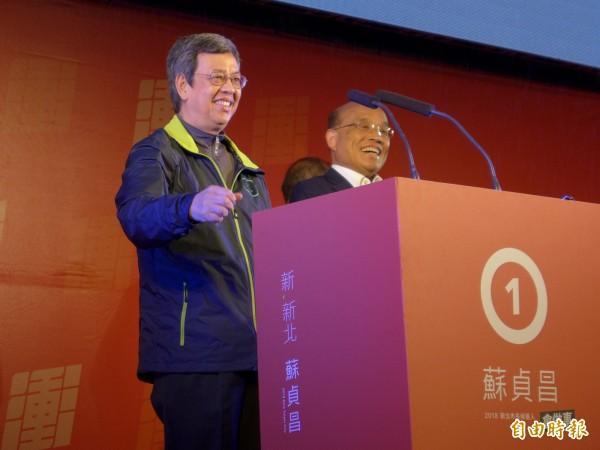 副總統陳建仁(左)為民進黨新北市長候選人蘇貞昌(右)助講造勢。(記者李雅雯攝)