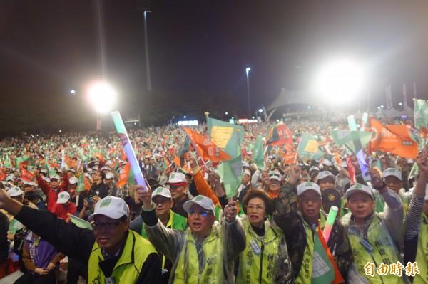 蘇貞昌支持者擠爆新莊運動公園陽光草坪。(記者葉冠妤攝)