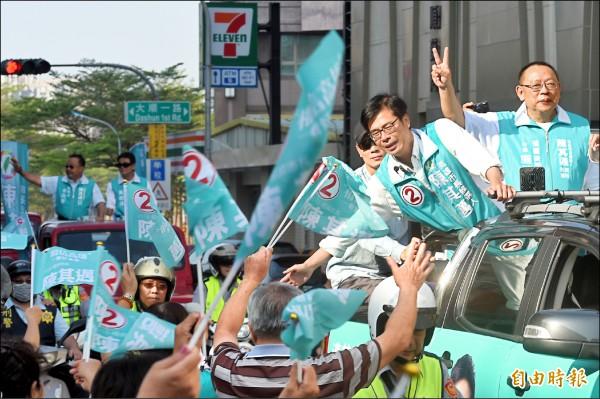 民進黨高雄市長候選人陳其邁,昨天在高雄市區展開車隊掃街拜票,沿途受到支持民眾熱烈歡迎。(記者張忠義攝)