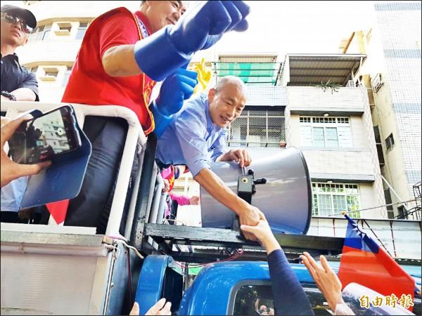 國民黨高雄市長候選人韓國瑜昨在鳳山區車隊掃街拜票。(記者陳文嬋攝)