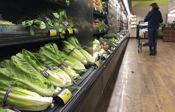 美國發布蘿蔓生菜大腸桿菌殘留,當地已有32起案例消費者因吃下生菜後被感染。圖為加州超市陳列的蘿蔓萵苣。(美聯社)