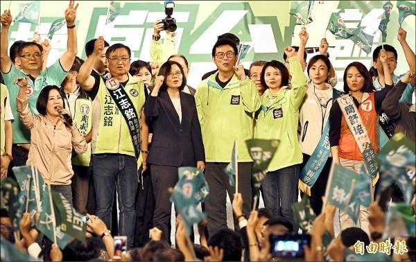 民進黨台北市長候選人姚文智陣營昨舉行「改革不回頭,鬥陣顧台灣」造勢晚會,總統蔡英文出席站台,現場湧入大批支持者為姚文智加油打氣。(記者羅沛德攝)