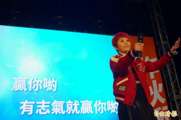 歌手詹雅雯今晚在蘇貞昌造勢晚會獻唱,台下支持者溫情高喊加油。(記者葉冠妤攝)