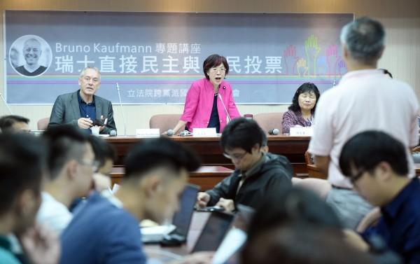 瑞士公媒《瑞士資訊(SWI)》除了盛讚台灣的民主制度在亞洲諸國名列前茅,也稱「台灣的民主制度中,有著瑞士基因」。圖為在立院召開直接民選座談會的尤美女立委(紅衣者)。(中央社)