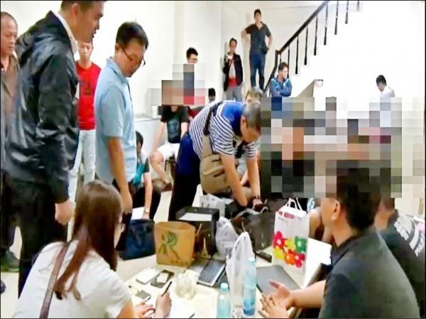 高雄警方掃蕩選舉賭盤,在一處民宅抄到簽賭站逮12人。(記者黃建華翻攝)