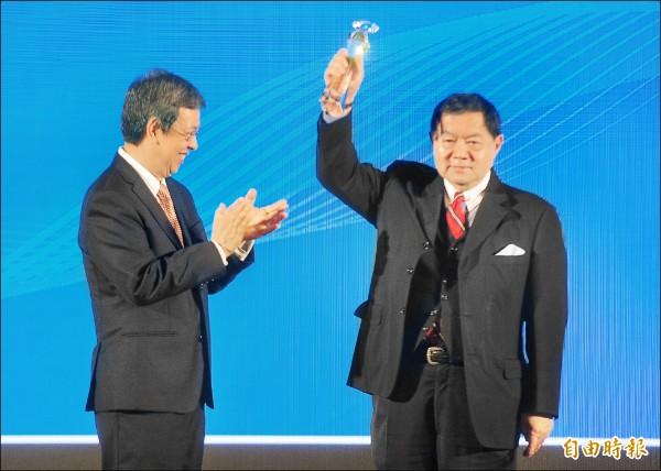 台灣企業永續獎頒獎典禮,副總統陳建仁(左)頒發永續傑出人物獎給遠東集團董事長徐旭東(右)。(記者王藝菘攝)