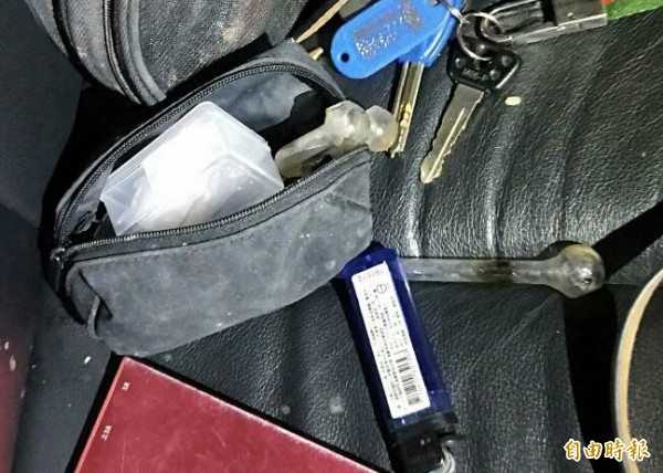警方在後座發現安毒吸食器。(記者許國楨翻攝)