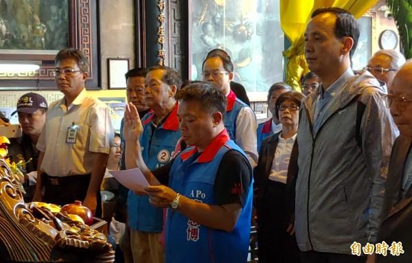 高思博由朱立倫陪同,赴台灣首廟天壇對玉皇大帝發誓。(記者蔡文居攝)