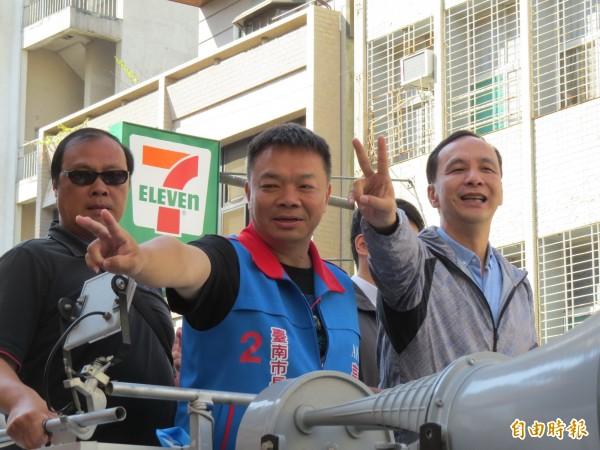 選前最後一天,高思博由朱立倫陪同在台南市區進行車隊掃街拜票。(記者蔡文居攝)