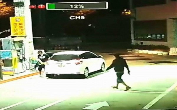 施男(左)佯裝加油,洪男(右)持槍搶加油站。(記者湯世名翻攝)