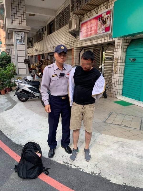 警方逮捕白姓車手。(記者洪定宏翻攝)