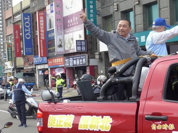 國民黨新北市長候選人侯友宜在板橋區車隊掃街拜票。(記者李雅雯攝)